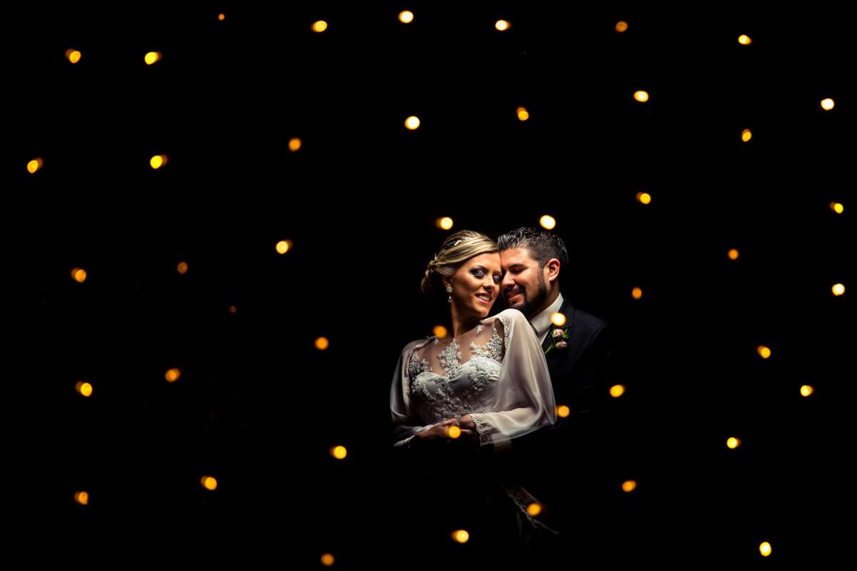 noivos com luzes luzinhas de natal