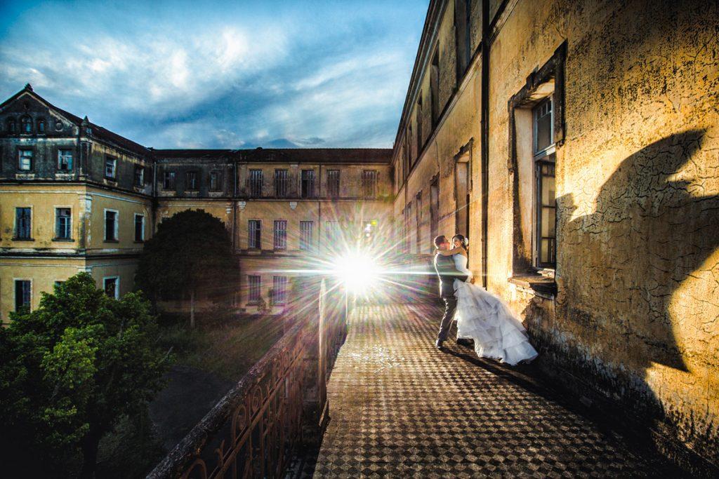 noivos dançando no mosteiro abandonado de pareci novo